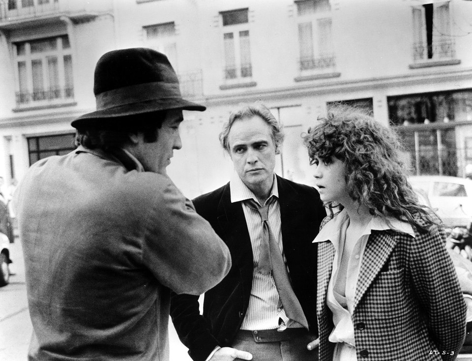 Bernardo Bertolucci (a sin.) con Marlon Brando e Maria Schneider a Parigi - Image Everet Collection
