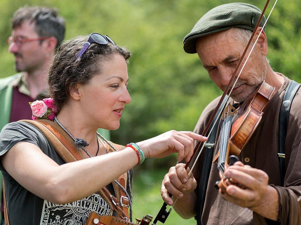 Il suono di violini, tamburelli e organetti riecheggia nelle radure... - Ph. © Francesco Cariati