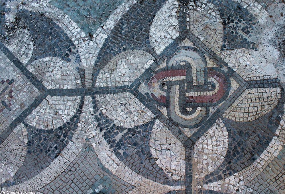 """Mosaico con """"nodo di Salomone"""", villa romana di Larderia, Roggiano Gravina (Cs) – Ph. © Gianni Termine"""