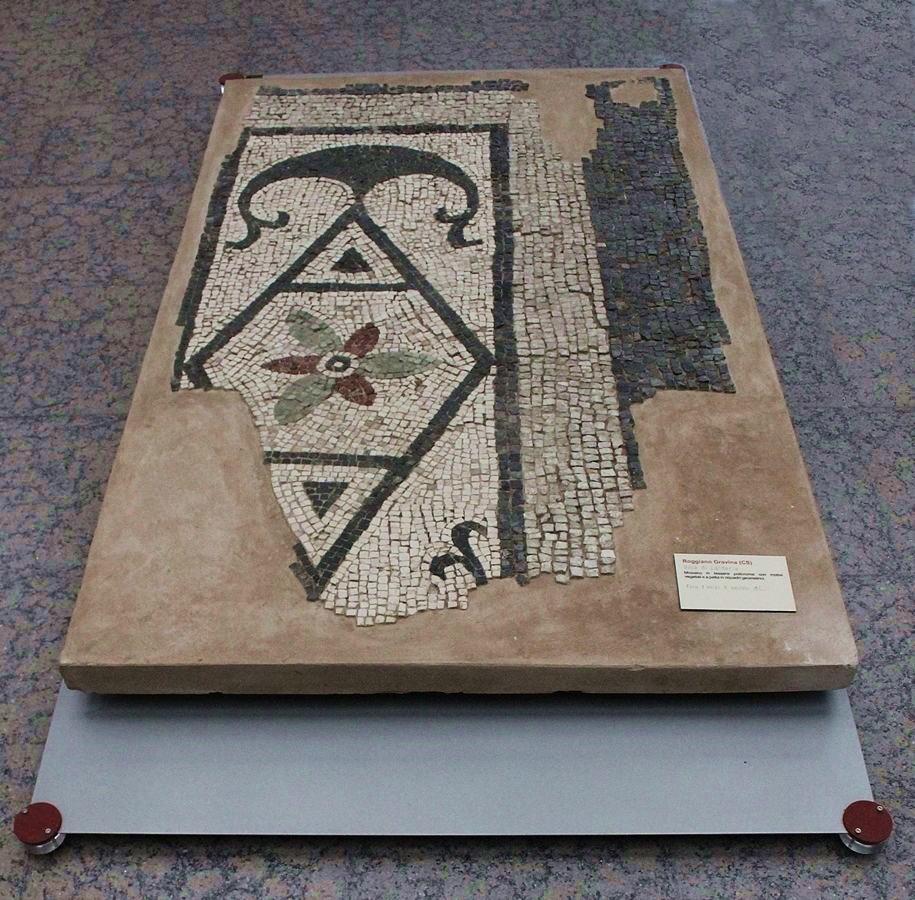 Lacerto di mosaico dal complesso termale della villa romana di Larderia, Museo Archeologico della Sibaritide – Ph. © Gianni Termine