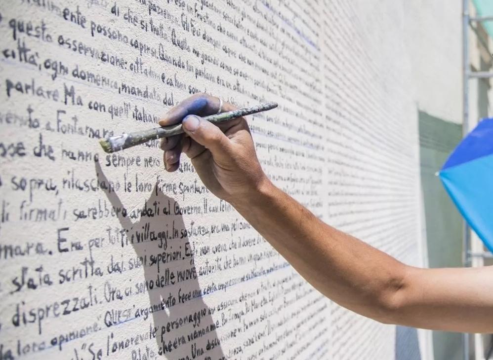 Andrea Parente, in arte Alleg, mentre traccia il testo di 'Fontamara', Aielli (AQ)