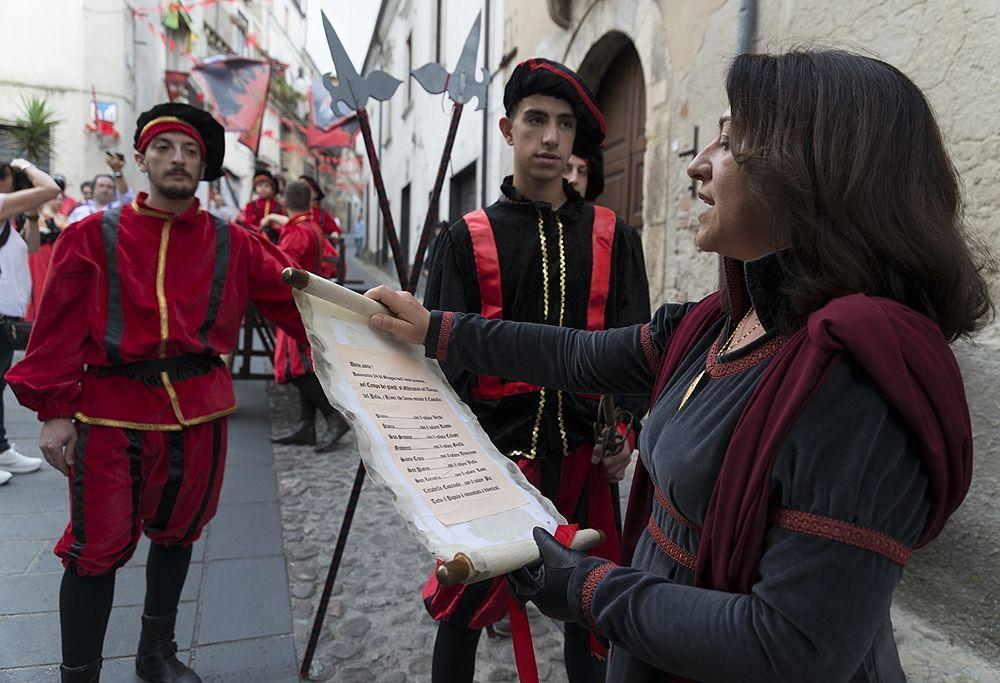 L'Araldo dà il via al Corteo Storico, Palio del Principe, Bisignano (Cs) - Ph. © Francesco Cariati