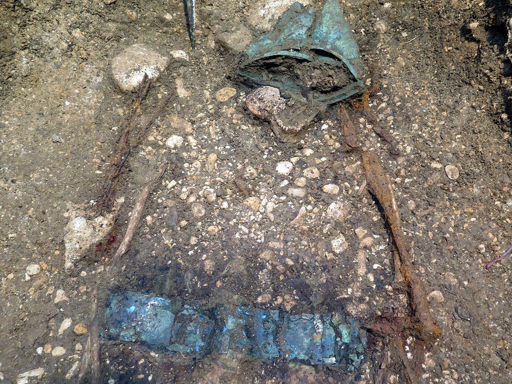 Sepoltura maschile con elmo e cinturone, necropoli di Crecchio (Chieti) - Image by SABAP Abruzzo