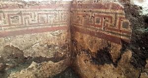 Una tomba messapica dipinta a meandri riemerge dal sottosuolo di Manduria