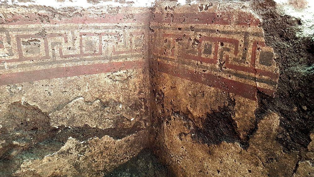 Part. delle pareti intonacate e dipinte a meandri della tomba messapica rinvenuta a Manduria (Ta) - Image by SABAP Brindisi, Lecce, Taranto