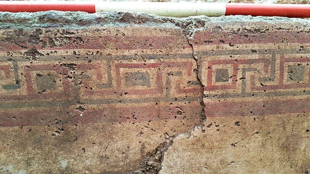 Part. della decorazione a meandri della tomba a fossa intonacata e dipinta ritrovata a Manduria (Ta) - Image by SABAP Le, Br, Ta