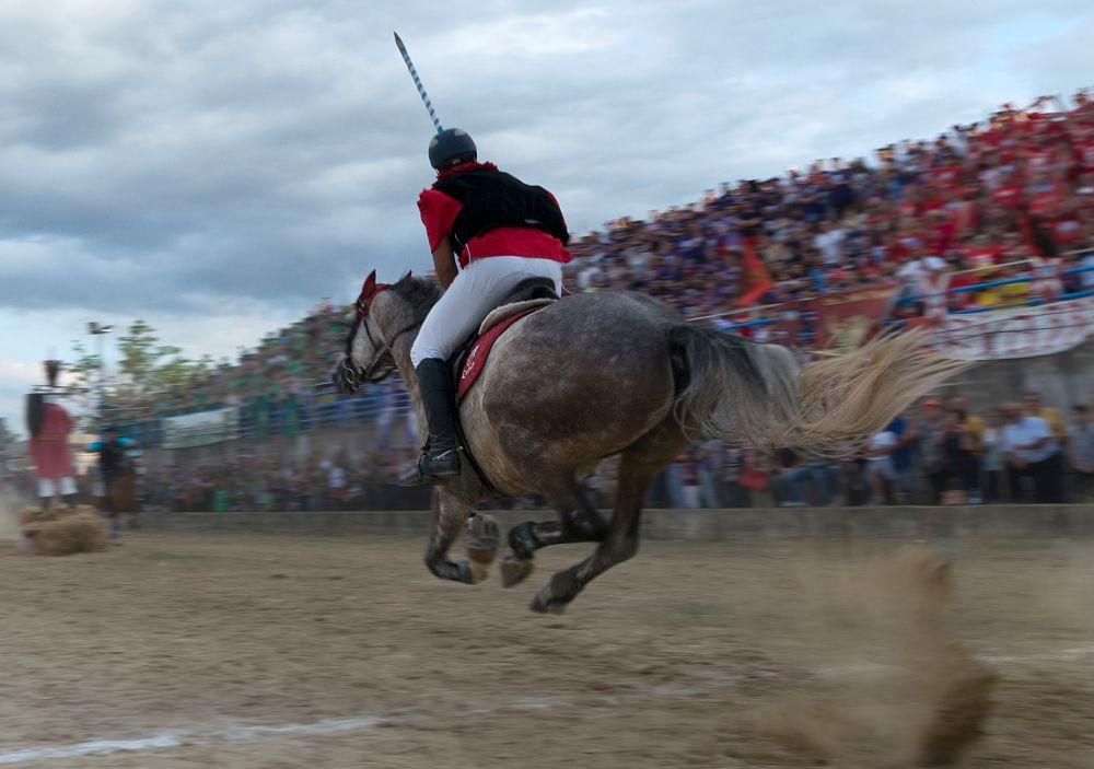 Il cavaliere Carmine Bisignano (rione Piazza) in azione, Palio del Principe, Bisignano (Cs) – Ph. © Francesco Cariati