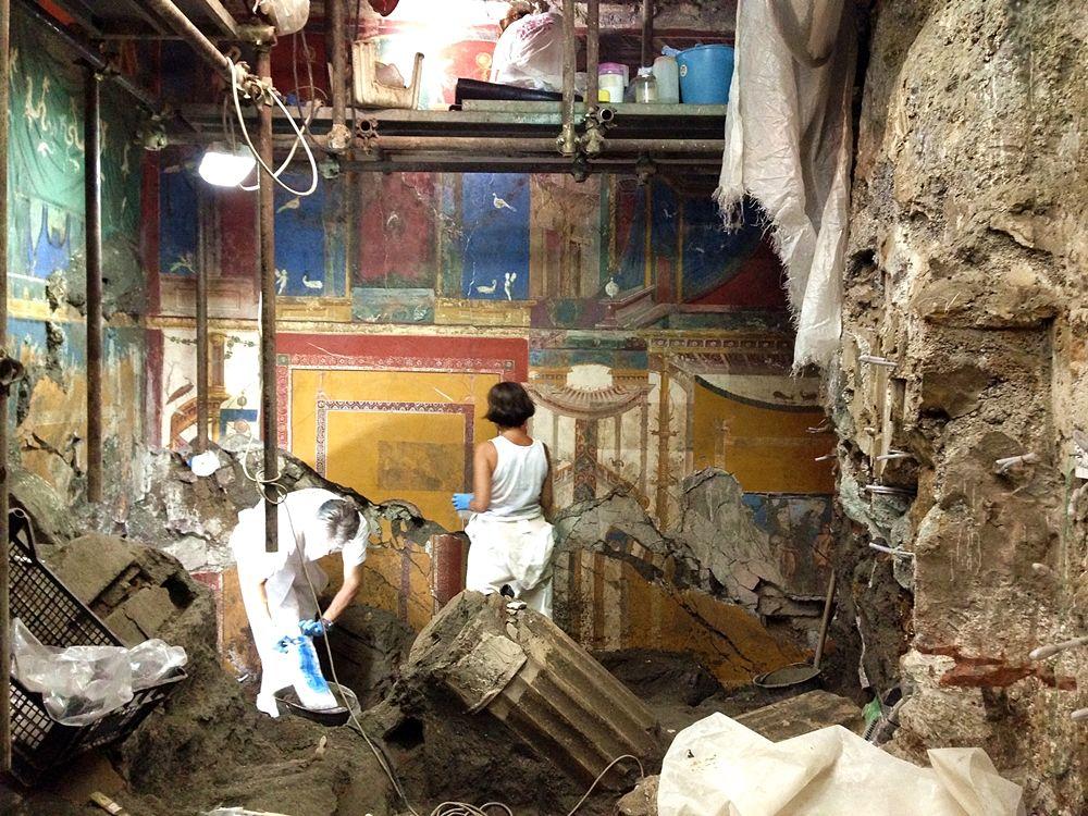 Restauratori all'opera nella villa romana di Positano, I sec. a.C.-I sec. d.C. - Image by Coobec