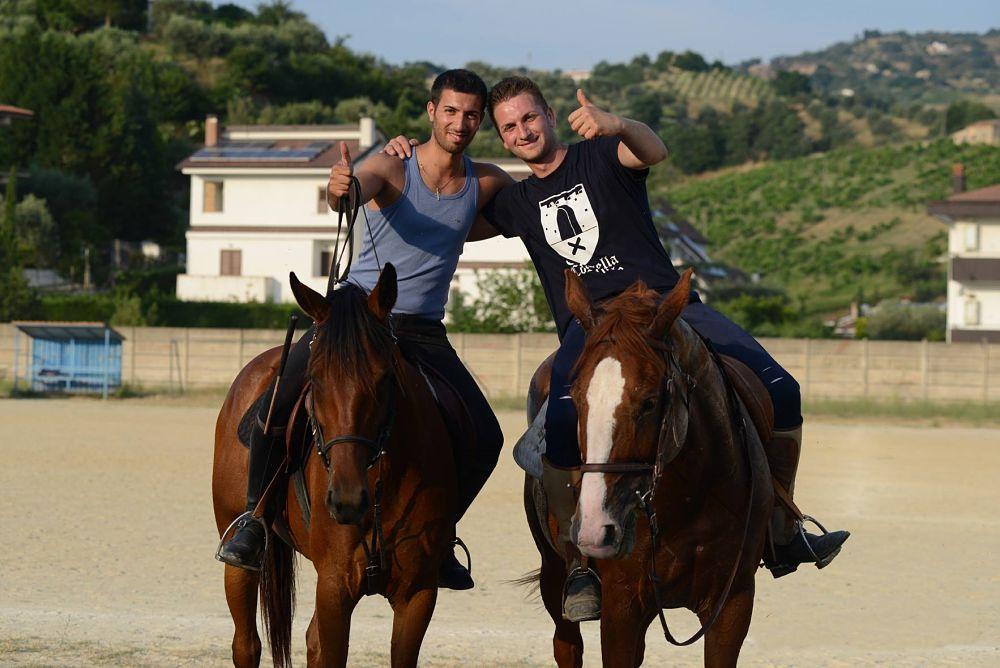 Due cavalieri durante le prove che precedono il Palio del Principe, Bisignano (Cs) – Ph. © Francesco Cariati