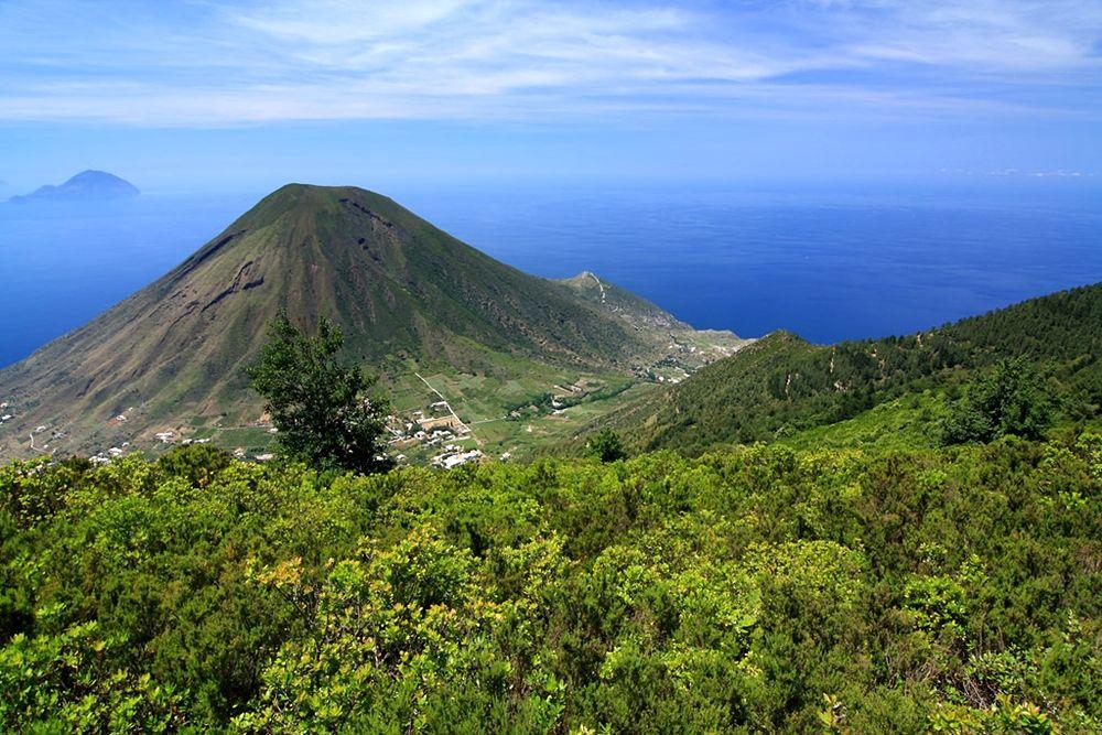 Monte dei Porri, visto dal Monte Fossa delle Felci, Isola di Salina, Eolie (Me) - Ph.  Ghost-in-the-Shell   ccby2.0