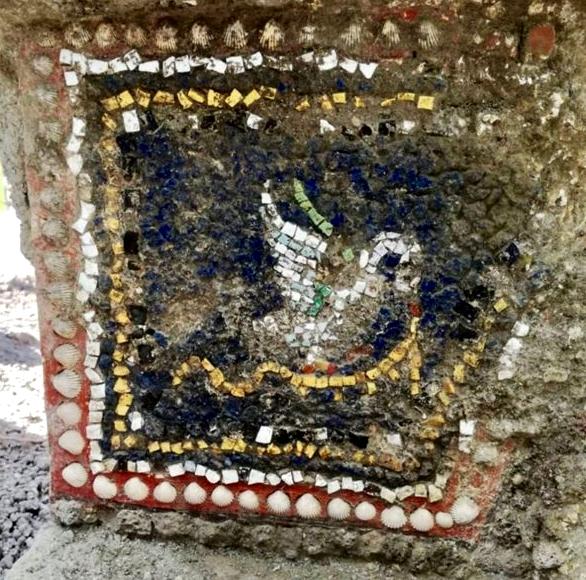 Decorazione di una fontana realizzata a mosaico in pasta vitrea e conchiglie - Image by Parco Archeologico di Pompei