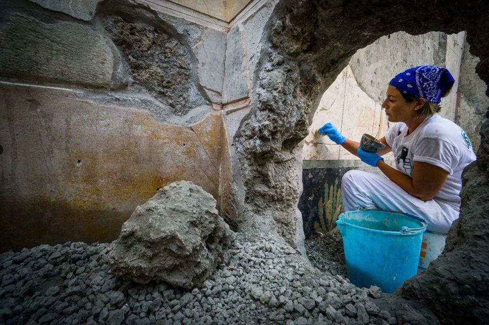 Restauratrice al lavoro nella Casa di Giove, II sec. a.C. - I sec. d.C., Pompei - Image by Parco Archeologico di Pompei' / Foto di Cesare Abbate