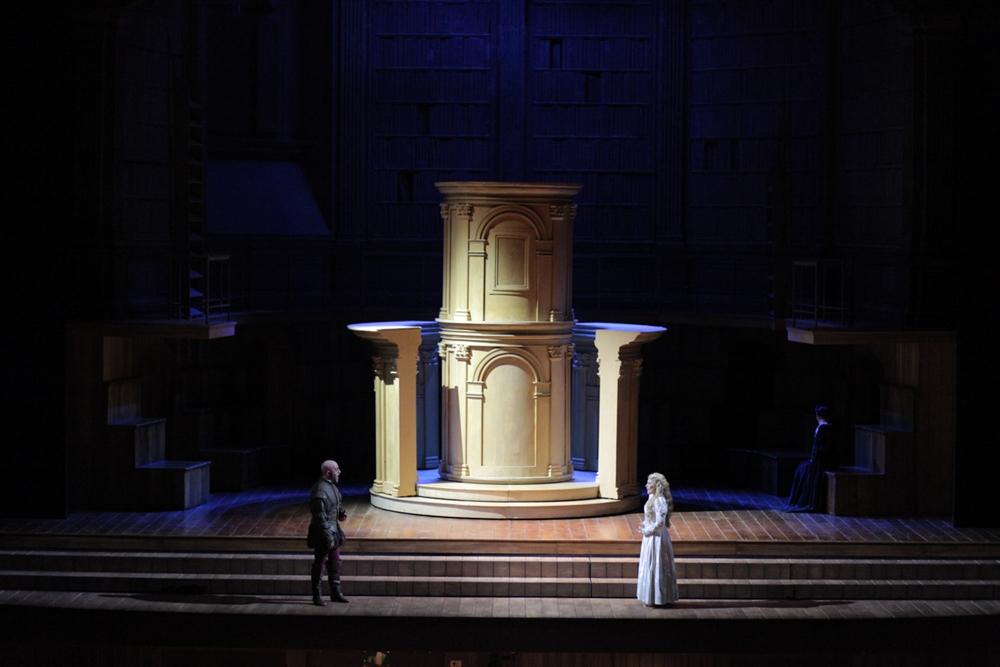 Una scena del Rigoletto di G. Verdi, Teatro Petruzzelli, Bari - Ph. Immagina