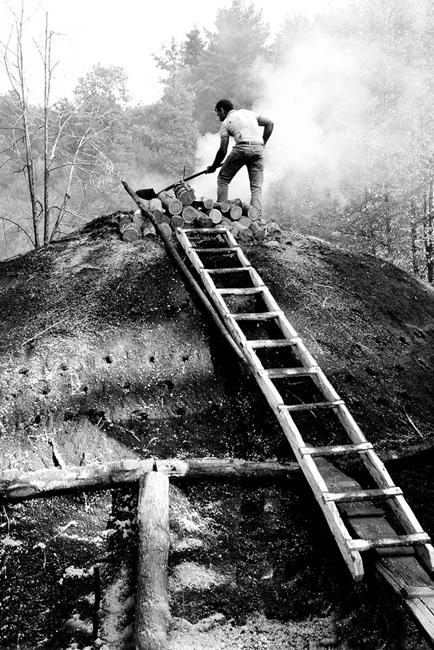 Lavorazione del carbone a Serra San Bruno (VV) – Ph. Francesco De Francesco | ccby-nc-sa2.0