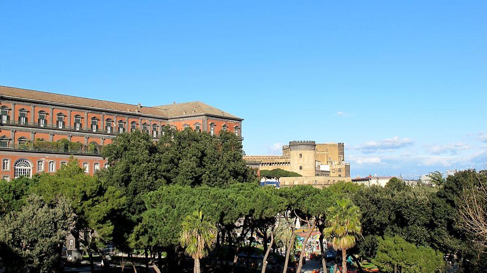 Scorcio del Palazzo Reale, lato mare. Sullo sfondo il Maschio Angioino - Ph.