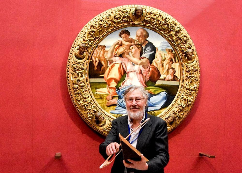 Michele Sangineto con uno dei suoi strumenti accanto al Tondo Doni di Michelangelo