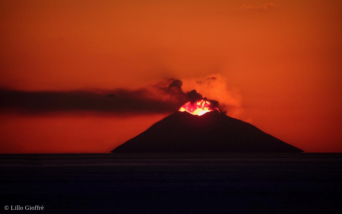 """""""Natura di fuoco"""": spettacolare tramonto sull'isola-vulcano di Stromboli - Ph. © Lillo Gioffrè"""