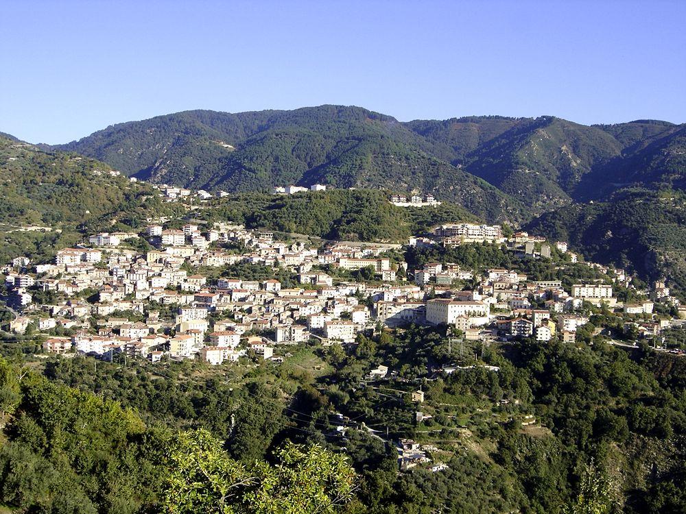Veduta di Taverna (Cz).Sullo sfondo i monti della Sila Piccola - Ph. Francesco Fratto | cc-by3.0