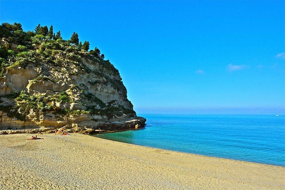 Scorcio del mare di Tropea (Vibo Valentia) e della spiaggia di S. Maria dell'Isola - Ph. Stefano Contin