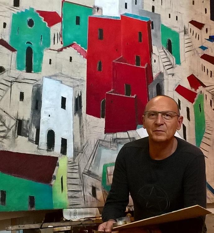 Michele Volpicella davanti a una delle sue opere