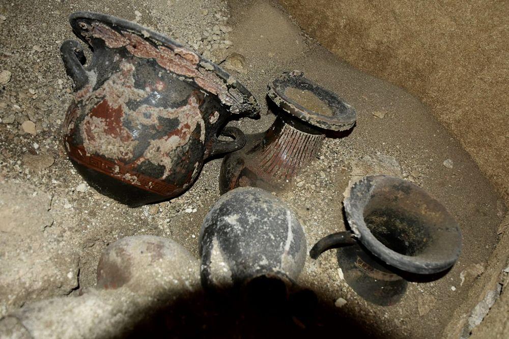 Scorcio del corredo funerario contenuto nella tomba ritrovata a Matera