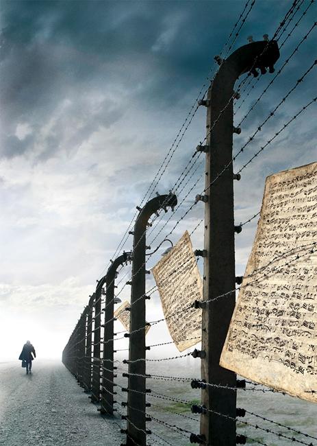 Il pianista Francesco Lotoro ad Auschwitz - Immagine tratta dal docu-film 'Maestro' di Alexandre Valenti