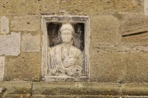 Resto di sarcofago romano ''incastonato'' sulla facciata della Cattedrale di Acerenza - Ph. © Ferruccio Cornicello