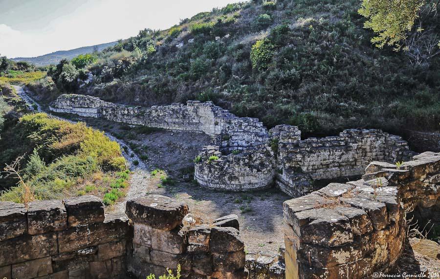 Uno scorcio della cinta muraria di Castiglione di Paludi - Ph. © Ferruccio Cornicello