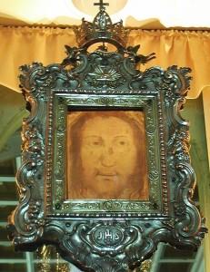 Il Volto Santo di Manoppello nella sua cornice seicentesca | Ph. Raboe001 | CCBY-SA2.5