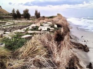 L'erosione marina sui terreni del Parco Archeologico dell'antica Kaulonia, a Monasterace (Reggio Calabria) - Ph. Kaulon CasaMatta