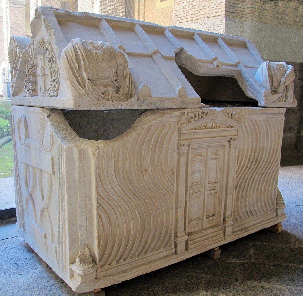 Il sarcofago romano del III sec. d.C. utilizzato come sepolcro per Ruggero I d'Altavilla - Museo Archeologico Nazionale, Napoli