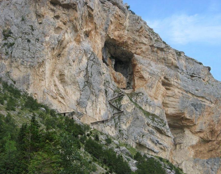 Abruzzo - Ingresso della Grotta del Cavallone sulla parete rocciosa della Majella, Taranta Peligna e Lama dei Peligni (Chieti) - Ph. Aniska Joelsohn - Fds: courtesy dell'Autore