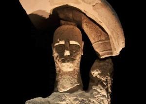 Gigante di Mont'e Prama con scudo sollevato