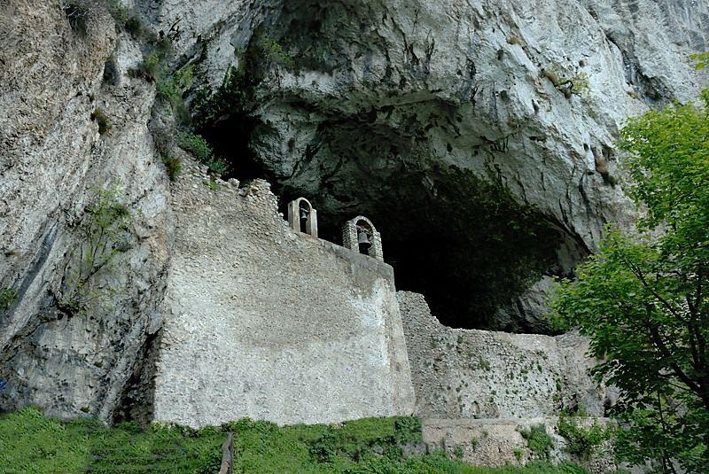 cdf11e15cb7d Campania - Il suggestivo ingresso fortificato della Grotta di S. Michele  Arcangelo a Olevano sul