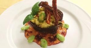 Ricette d'Autore | Cestino di melanzana con fave, uova, salsiccia e pomodori secchi croccanti su letto di zucca gialla profumato al vino rosso