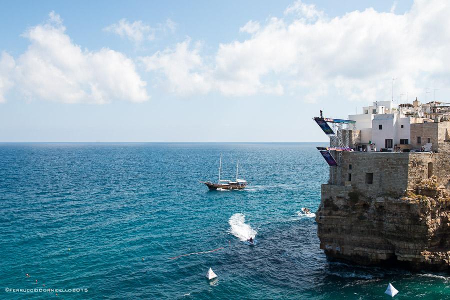 Nel blu dipinto di blu: a Polignano gli spettacolari tuffi del Red Bull Cliff Diving World Series 2015