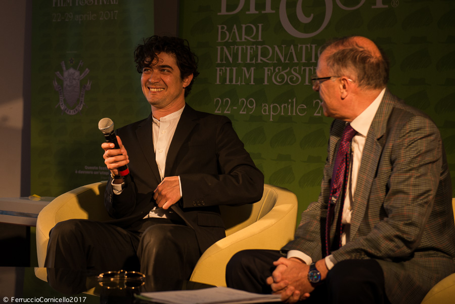 Riccardo Scamarcio: al Bif&st il discutibile show dell'attore premiato come miglior interprete dell'anno