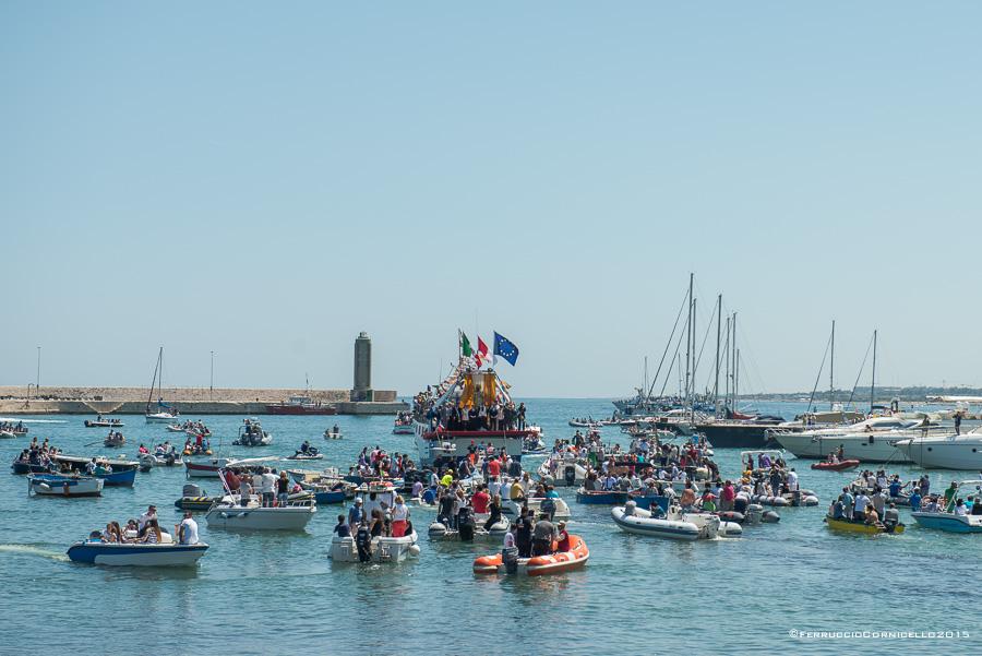San Nicola: la grande processione, l'omaggio dei pellegrini sul mare, la parata delle Frecce