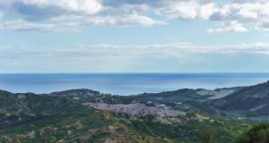 Nella Calabria jonica cosentina fra natura, archeologia e gastronomia: il pane al sambuco, il monte di Mandatoriccio, il Castello dell'Arso