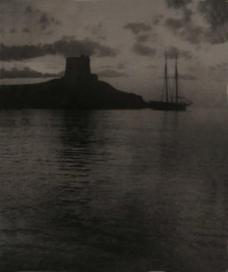 Il panfilo Alda, all'ancora di fronte alla Torre San Nicola - Foto anonima dall'album di E. B. Mieczkowska - Sant'Agnello (Na)