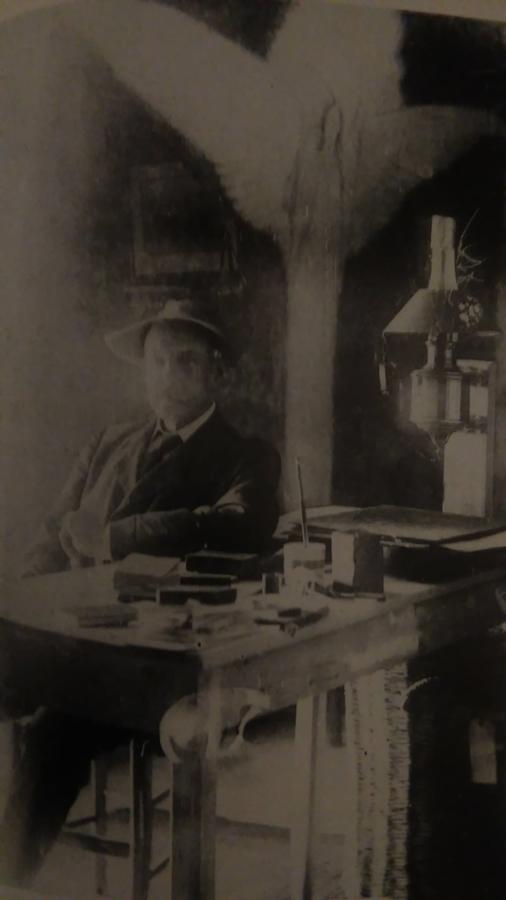 Lo scrittore al suo spartano tavolo da lavoro nella Torre San Nicola. L'immagine è ottenuta con doppia esposizione per creare un effetto ectoplasma forse allusivo al racconto ambientato nella torre - Raccolta A. De Angelis, Sant'Agnello (Na)
