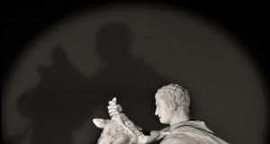 Armonia di forme e intensità emozionale negli scatti di Augusto De Luca al Museo Archeologico di Napoli
