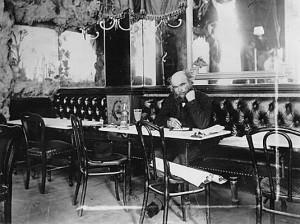 Il poeta Paul Verlaine al Café Procope seduto al tavolo preferito di Voltaire