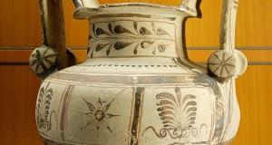 Scoperti a Ceglie Messapica tombe e corredi del III-II sec. a.C. Forse una necropoli, ora a rischio distruzione