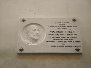 Lapide dedicata a Vincenzo Tiberio apposta sulla sua casa di Arzano (Na) - Ph. Francesco Natale Guarnaccia | CCBY-SA3.0