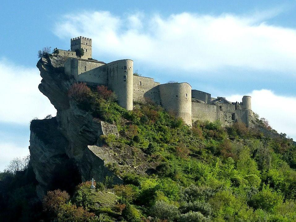 Abruzzo - Il Castello di Roccascalegna (Chieti) svetta sulla sua rupe di arenaria - Ph. Pietro valocchi | CCBY-ND2.0