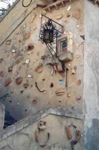 Reperti antichi murati sulla scala della Torre Lucifero, a Punta Scifo - Ph. Margherita Corrado