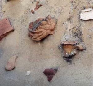 6. Reperti antichi murati sulla scala della Torre Lucifero, a Punta Scifo - Ph. Margherita Corrado
