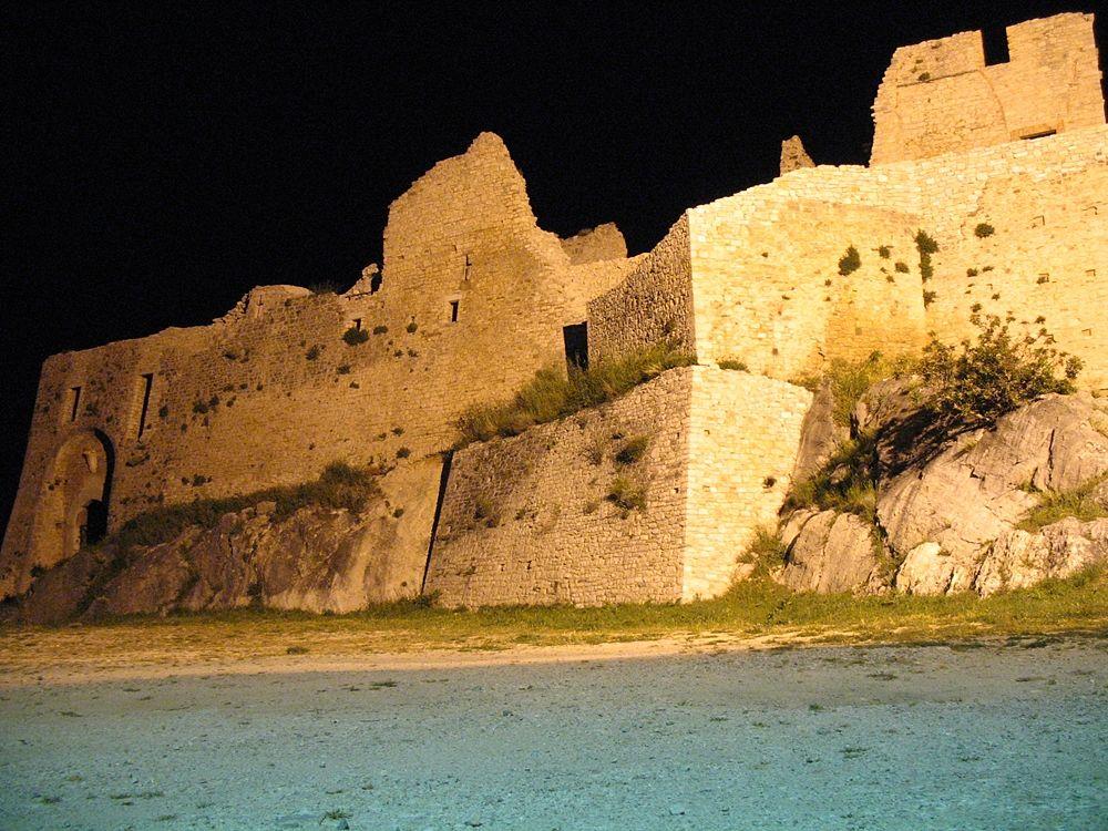 Immagine notturna del Castello D'Evoli, Castropignano (Cb) - Ph.  Sdv18sdv | CCBY-SA3.0