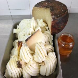 Gelato al pecorino fiore sardo dop con pere caramellate al miele di Sulla - Ph. Gelateria Fenu FB Fanpage